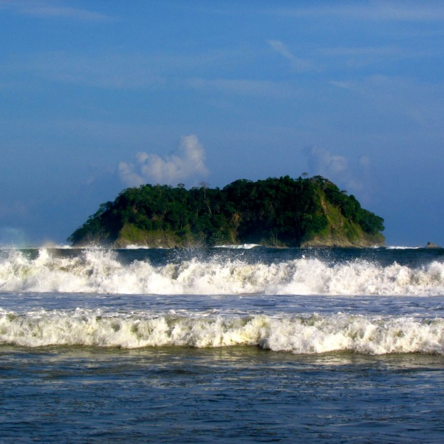 Big waves and a tiny island in Playa Samara.